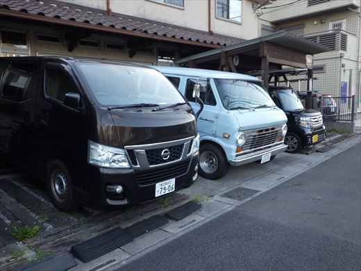 駐車場に入る車を探す (7)